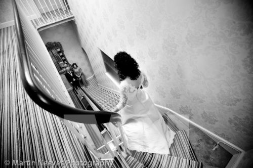 D2288-048-photo_of_bride_walking_down_the_stairs
