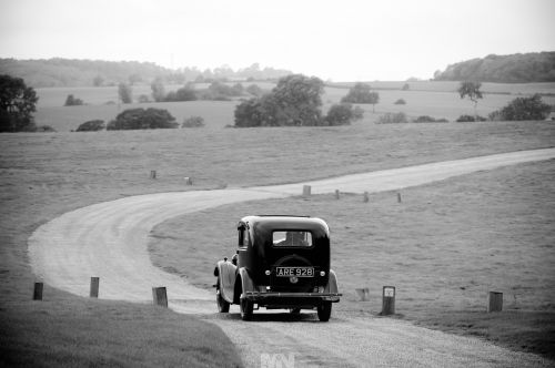 D2390-048-The_bride_and_her_father_arrive_at_dodford_Manor_in_Northamptonshire_in_the_Morris_8_classic_car